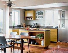 As cozinhas americanas não bastam. Hoje busca-se a integração total com a sala, ampliando o espaço gourmet e de convivência.