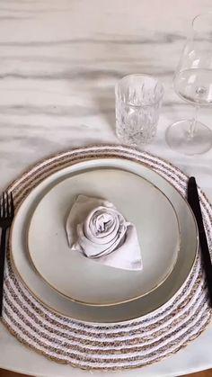 Dieses Jahr werden wir den Valentinstag Zuhause feiern, da darf romantische Deko nicht fehlen! Wir zeigen ein kurzes DIY Video, wie du ganz einfach Rosen-Servietten selber machen kannst. Viel Spaß beim nachmachen. Hierzu benötigst du einfach Stoffservietten in deiner Wunschfarbe. Viel Spaß beim Valentinstags-Date Zuhause./Westwing DIY Servietten falten Rosen Ideen Date at home Valentinesday Dinner Lockdown einfach selber machen Inspiration Anleitung leicht schnell einfach Date Catering Table, Napkin Folding, Audio, A Table, Tablescapes, Home Goods, Household, Sweet Home, Table Settings