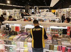 Un treballador de l'Fnac de Salt organitzant alguns llibres. Foto: MANEL LLADÓ.