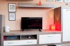 Tento apartmán umožňuje ubytování až pro 7 osob. Zařízení je pojato v moderním stylu.   V kryté lodžii si můžete vychutnat snídani při vycházejícím slunci nebo možnost večerního grilování, či posezení za jakéhokoliv počasí. Decor, Relax, Flat Screen, Home Decor, Fireplace