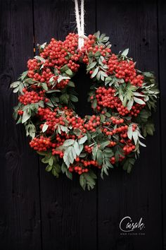CAISA K.: RÖNNBÄRSKRANS, pihlajanmarjakranssi Christmas Feeling, Christmas Love, Winter Christmas, Christmas Door Decorations, Christmas Wreaths, Holiday Decor, Country Wreaths, Fall Plants, Autumn Inspiration