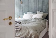 Spectacular small apartment in Sweden with an amazing layout Beach Bedding Sets, Luxury Bedding Sets, Scandinavian Apartment, Scandinavian Bedroom, Scandinavian Style, Make Your Bed, How To Make Bed, Bed Linen Online, My Ideal Home