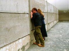 Turistas visitam os restos do Muro de Berlim no memorial feito para contar o período, em agosto de 2001  Foto: Getty Images
