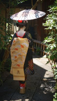 Maiko back figure Japanese Geisha, Japanese Beauty, Japanese Kimono, Japanese Art, Asian Beauty, Japanese Fashion, Yukata, Arte Peculiar, Look Kimono