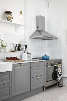 New kitchen grey bodbyn ikea Ideas Ikea Bodbyn Kitchen, Cocinas Kitchen, Grey Kitchen Cabinets, Butler Sink Kitchen, Walnut Cabinets, Ikea Kitchen Design, Kitchen Interior, Interior Design Living Room, Grey Ikea Kitchen