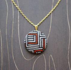 Maze modern geometric cross stitch necklace/ par TheWerkShoppe
