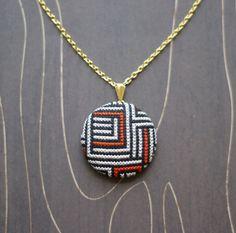 Maze modern geometric cross stitch necklace/ par TheWerkShoppe