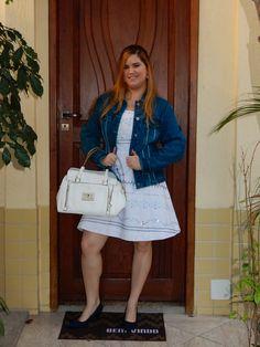 Vestido branco em dia frio: é só usar com jaqueta jeans, bolsa branca grande e sapatos de veludo azul.