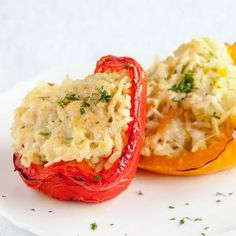 Stuffed bell peppers with risotto rice is a quick and easy dish you can serve as a starter or side dish. These Stuffed bell peppers serve up to six people. Healthy Side Dishes, Side Dish Recipes, Vegetarian Stuffed Peppers, Risotto Rice, Potato Rice, Sausage And Peppers, Grain Foods, Plant Based Diet, Vinaigrette