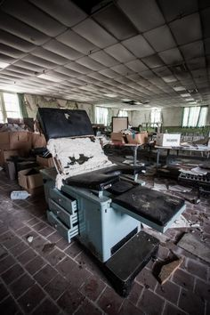 The Abandoned Babcock Building at the South Carolina Lunatic Asylum. Old Buildings, Abandoned Buildings, Abandoned Places, Abandoned Castles, Haunted Asylums, Haunted Places, Spooky Places, Haunted Houses, Mental Asylum