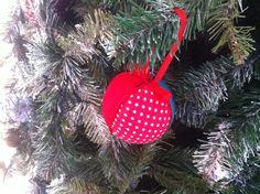 Bola decorativa de Natal. Revestimento a tecido e fita. Diâmetro: 9cm