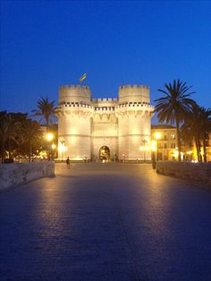 Las Torres de Serranos al anochecer.  Nos gusta #Valencia #CCElSaler