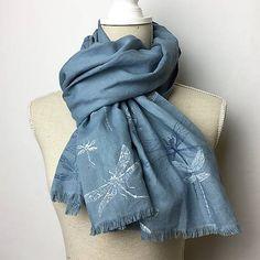 Blubery / Ľanovo bavlnená šatka s ručne potlačeným a maľovaným motívom - Na krídlach vážky