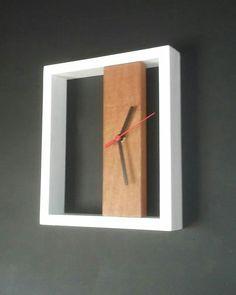 diy clock Relógio em madeira pinus e cedrinho Wall Clock Wooden, Wood Clocks, Wooden Art, Wooden Crafts, Diy Clock, Clock Decor, Driftwood Wall Art, Small Wood Projects, Wall Clock Design