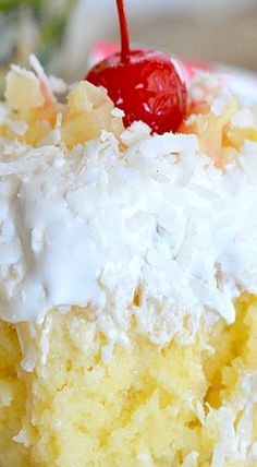 Pina Colada Poke Cake - The Holidays - Desserts - Dessert Recipes Köstliche Desserts, Delicious Desserts, Dessert Recipes, Hawaiian Desserts, Jello Recipes, Shake Recipes, Pina Colada Cake, Pina Colada Poke Cake Recipe, Gastronomia