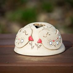 Ptačí+píseň+-+svícen+Ručně+modelované+stínidlo+na+svíčku+ze+světlé+keramické+hlíny+s+motivem+ptáčků.+Jemně+patinované,+dekorované+glazurami.+Rozměry:+cca+6+x+11+cm+Kalíšek+na+čajovou+svíčku+v+ceně. Air Dry Clay, Butter Dish, Snow Globes, Dishes, Decor, Barbell, Xmas, Manualidades, Decoration