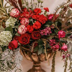 """39 curtidas, 0 comentários - As Floristas por Carol Piegel (@asfloristas) no Instagram: """"Vem cá, dá uma olhada de perto! ⠀⠀⠀⠀⠀⠀⠀⠀⠀⠀⠀⠀ Eu não sei como vocês enxergam as flores, mas eu vejo…"""" Fresh Flowers, Flower Art, Flower Arrangements, Christmas Wreaths, Floral Wreath, Holiday Decor, Instagram, Fun, Color"""
