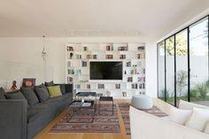רצפת עץ ושטיחי קילים מחממים את הסלון (צילום: גדעון לוין)