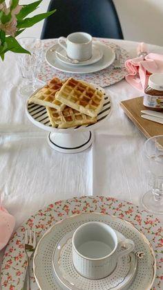 Café da tarde com waffle delicioso [Video] Breakfast Table Decor, Dessert Table, Food Table Decorations, Decoration Table, Table Etiquette, Table Set Up, Christmas Breakfast, Christmas Appetizers, Table Arrangements