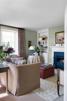 like blend of colour and patterns The family sitting room in Vanessa Macdonald's elegant Georgian home. Georgian Interiors, Georgian Homes, Cottage Interiors, Style Anglais, English House, English Style, Drawing Room, Room Colors, Wall Colours