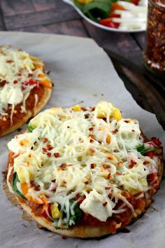 Indian Spiced Vegetable Pizzas have a perfect whole wheat crunchy base, a indian spiked tomato sauce, and loaded up with veggie. Veg Recipes, Pizza Recipes, Indian Food Recipes, Vegetarian Recipes, Snack Recipes, Cooking Recipes, Vegetarian Cooking, Cooking Tips, Recipies