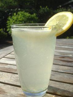 Citroen boost je immuunsysteem Een gezonde start van je dat hoeft helemaal niet moeilijk te zijn. Begin je dat goed met een warme citroendrank. Het enige wat je hoeft te doen is 1 (biologische) citroen uit te persen en mengen met een groot glas warm water. En klaar is je vitamine boost! Zuiverend en hydraterend …