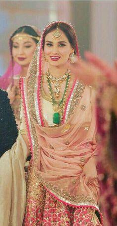 Punjabi bridal wear mehndi 19 ideas for 2019 Pakistani Wedding Outfits, Pakistani Wedding Dresses, Bridal Outfits, Indian Outfits, Sikh Wedding, Indian Attire, Wedding Bridesmaids, Wedding Attire, Saris