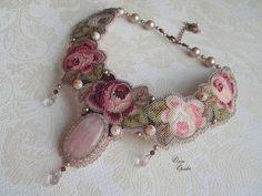 Купить или заказать Венок из роз в интернет-магазине на Ярмарке Мастеров. Комплект сумочка и колье, вышивка, розовый кварц.
