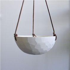 Ideal für das moderne Zuhause, verfügt dieses weiß, geometrische, hängende Keramik Porzellan-Pflanzer eine facettierte Fläche und Lederband zum