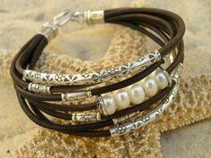 pulsera de 5-6 cabos, en marrón y cada una con una decoración distinta (entrpiezas individuales, perlas...)