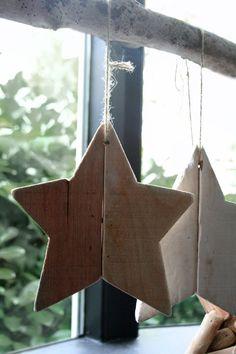 Ster van hout, met de hand gemaakt. Voor meer info. kijk je op www.molitli.nl