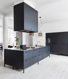 Schwarze Offene Küche Mit Kochinsel, Küchenideen Mit Schwarzen Fronten,  Offene Küche, Küchenideen