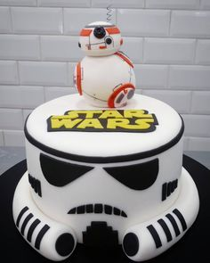 Celebrate your Star Wars-loving kid with a birthday cake that's out of this galaxy! Let these themed cakes inspire your child's Star Wars cake! Star Wars Birthday Cake, New Birthday Cake, Star Wars Party, Birthday Week, Funny Birthday, Fondant Cakes, Cupcake Cakes, Bolo Star Wars, Star Wars Cake Toppers