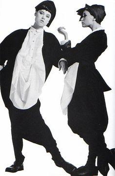 Một TK của Yohji Yamamosto, phi hình thế với sự kết hợp của 2 tông màu đối lập đen và trắng, tạo ấn tượng mạnh và mới mẻ