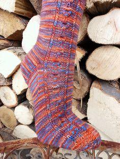 Skønne sokker med et mønster af blade, som ikke er svært at strikke. Der er diagram at følge. Farveskiftegarn som på billedet er fint. Strikket på pinde 2.
