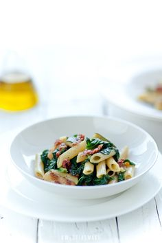 Pasta with zucchini, spinach and sun-dried tomatoes with a sauce based on olive oil and parmesan cheese