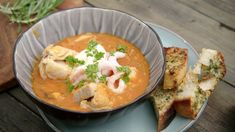 Fiskesuppe med sprøstekt parmesanbrød Thai Red Curry, Soup Recipes, Seafood, Fish, Dinner, Eat, Ethnic Recipes, Glass, Beauty