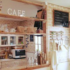 おしゃれで落ち着いた雰囲気のあるカフェ風キッチン。女の子なら誰でも一度は憧れちゃいますよね。でもあんなの作るの難しそうだし私には無理だよね…って諦めるのはまだ早いです!実はあれって100均グッズを使ってとっても簡単に作れるもの。4つのポイントを押さえとくだけで、誰でもカフェ風キッチンがDIYできちゃうです♡