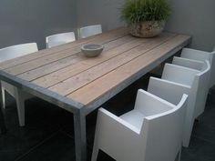 Bekijk de foto van pafmg met als titel Mooie robuuste tuintafel van steigerhout en verzinkt staal met strakke boxstoelen. Gezien op www.designtuinmeubels.nl en andere inspirerende plaatjes op Welke.nl.