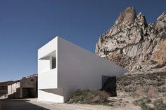 House on the Castle Mountainside / Fran Silvestre Arquitectos