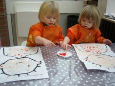 Jules is ziek- eerst de kleurplaat in huidskleur schilderen, vervolgens met vingerverf rode vlekjes aanbrengen.