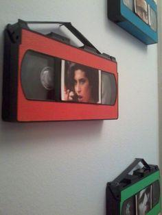 VHS Convertidos en Portarretratos     Encontramos una caja llena de VHS listos para ser llevados por el camión de la basura y los convertim...