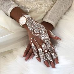 If you are looking for bridal mehndi designs for your wedding, then check out these top 30 mehandi images for some inspiration. Right from a simple mehndi design to an elaborate bridal henna design, you'll find it in here! Mehndi Tattoo, Henna Tattoos, Henna Tattoo Muster, White Henna Tattoo, Underboob Tattoo, Black Henna, Thigh Tattoos, Henna Art Designs, Mehndi Designs For Hands