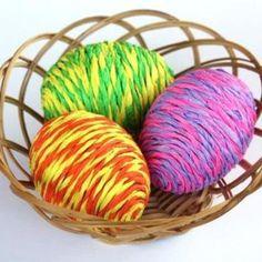 Toužíte po krásných barevných vajíčkách jen za pár korun? Máme pro Vás perfektní nápad, kterým zajisté zabavíte i své děti    Pomůcky:   tekuté lepidlo nůžky krepový papír, nejlépe dva druhy barev      Postup:   Odstřihneme z ruličky krepového papíru cca 1-1,5cm, rozmotáme a zatočíme      Totéž uděláme i s druhou barvou      Obě šňůrky spolu namotáme / zatočíme        Naneseme tekuté lepidlo na vrchní část vyfouknutého vajíčka      Začneme malým slimákům z krepového papíru, který…