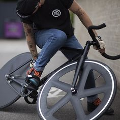 ○ BLB La Piovra Air kitted out with BLB Notorious05 and BLB Notorious Zero carbon wheels plus BLB Notorious track cranks, the latest addition to BLB Notorious