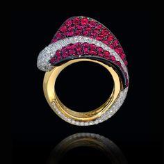 Este espectacular #anillo está elaborado en oro amarillo de 18k, con una delicada hoja en #ruby y oro negro, con un centro en #diamantes blancos… #AltaJoyeria #PiezasKohinor #KohinorJoyas #JoyeriaExclusiva #Joyas #Joyeria #Arte #Kohinor