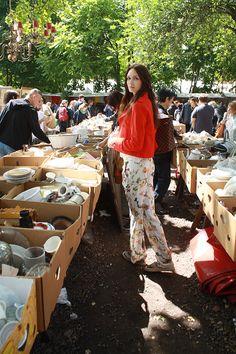 Anna Wilken auf dem Mauerpark Flohmarkt in Berlin. Auf der Suche nach Vintage Kleidung und tollem Geschirr :)