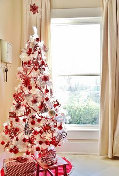 White Christmas décor is very refined and is getting popularity very fast. Here is a bunch of ideas to decorate your Christmas tree in chic white style. and Garden Designs Room Design Christmas tree decor White Christmas Tree Decorations, White Christmas Trees, Noel Christmas, Beautiful Christmas, Christmas Mantles, Vintage Christmas, Victorian Christmas, Pink Christmas, White Trees