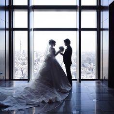 「glacefullily」さまが会場に選んだのは、5つ星ホテルでもある「マンダリンオリエンタル東京」。ヘアメイクや会場装飾、料理、演出、写真など、各分野のトップクリエイターと共に、モダンで高級感のある素晴らしい結婚式を作り上げられました。誰もが憧れる極上のホテルウェディングをご紹介します。