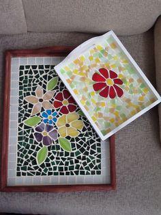 BANDEJAS CON LA TÉCNICA DE MOSAICO EN VIDRIO Mosaic Tray, Mirror Mosaic, Mosaic Tiles, Mosaics, Mosaic Crafts, Mosaic Projects, Mosaic Supplies, Mosaic Flowers, Diy And Crafts